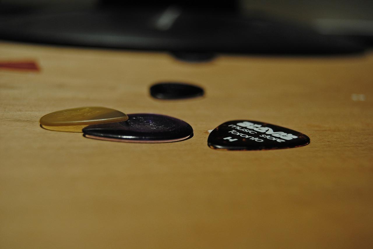 エレキギターを弾く上で知っておきたいピックの選び方や持ち方などポイント解説!